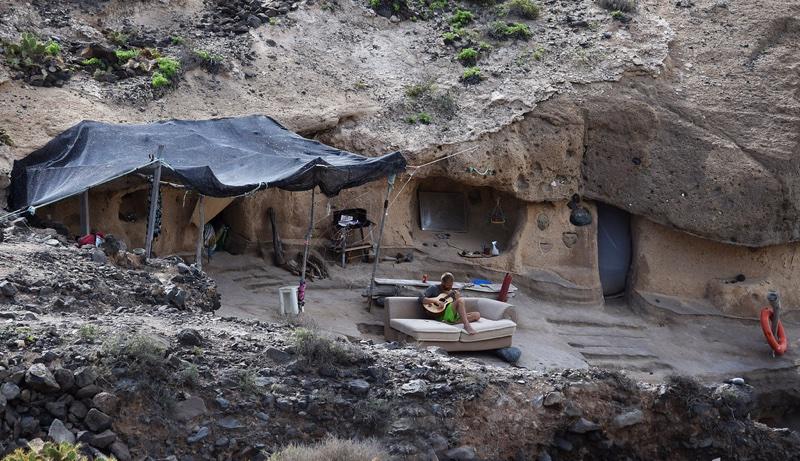 Jaskinie na hippisowskiej plaży